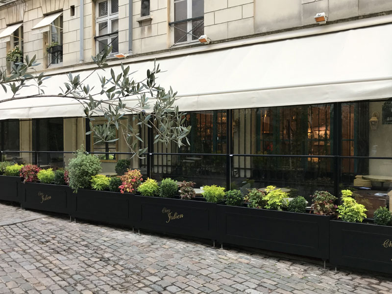 verschiebbare Windschutzfenster mit Pflanzentöpfe für die Gastronomie